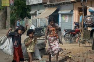 Tres nens a un carrer a l'India. 2011